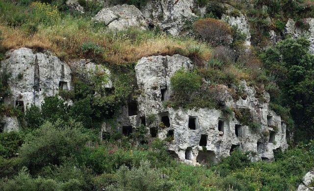 pantalica-grotten