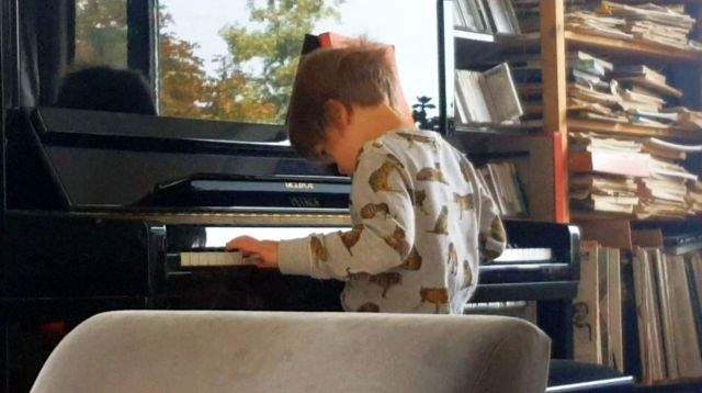 Gijs aan de piano